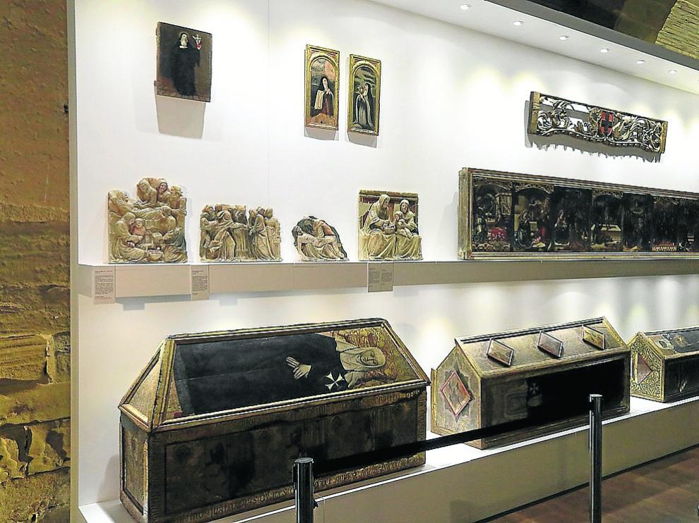 Algunas de las obras retornadas, entre ellas los sarcófagos de las prioras, del siglo XV.