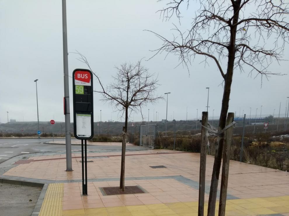 Parada de autobús recientemente embaldosada en Arcosur.