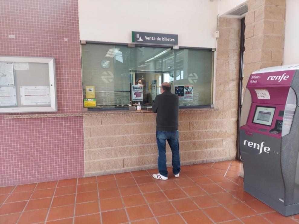 Venta de billetes en la taquilla de la estación de Tardienta este martes.