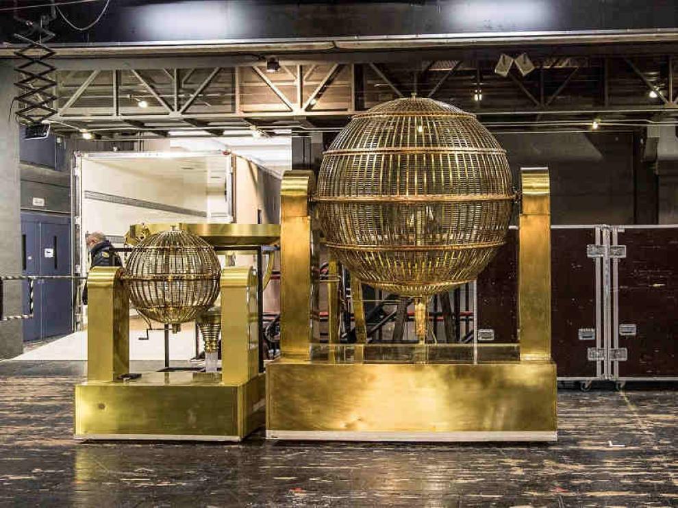 Los bombos del sorteo Extraordinario de Lotería de Navidad a su llegada al Teatro Real de Madrid