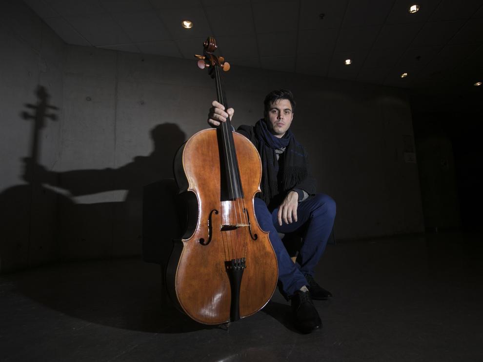 Eros Jaca, pensativo junto a su violonchelo en el Auditorio de Zaragoza, donde este miércoles tocará.