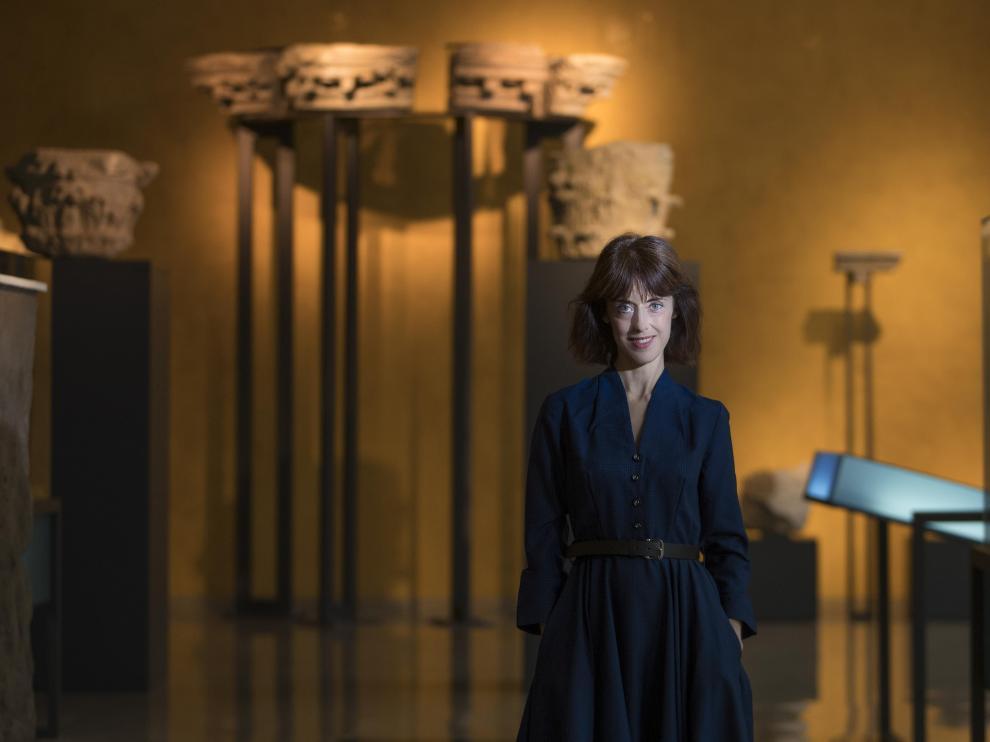 Irene Vallejo, amante de los autores clásicos, posa en una de las salas del museo del Teatro Romano de Zaragoza.