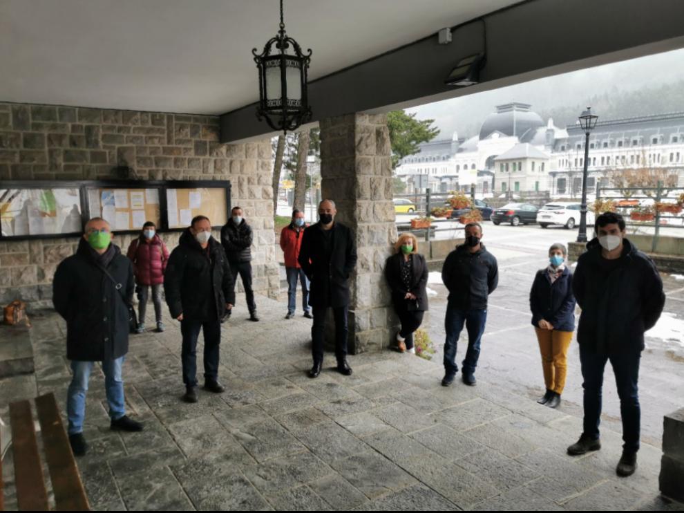 Los alcaldes del valle del Aragón en primera fila (Jaca, Aísa, Villanúa, Borau y Canfranc) y detrás concejales de estos ayuntamientos en Canfranc, tras el pleno extraordinario celebrado este lunes