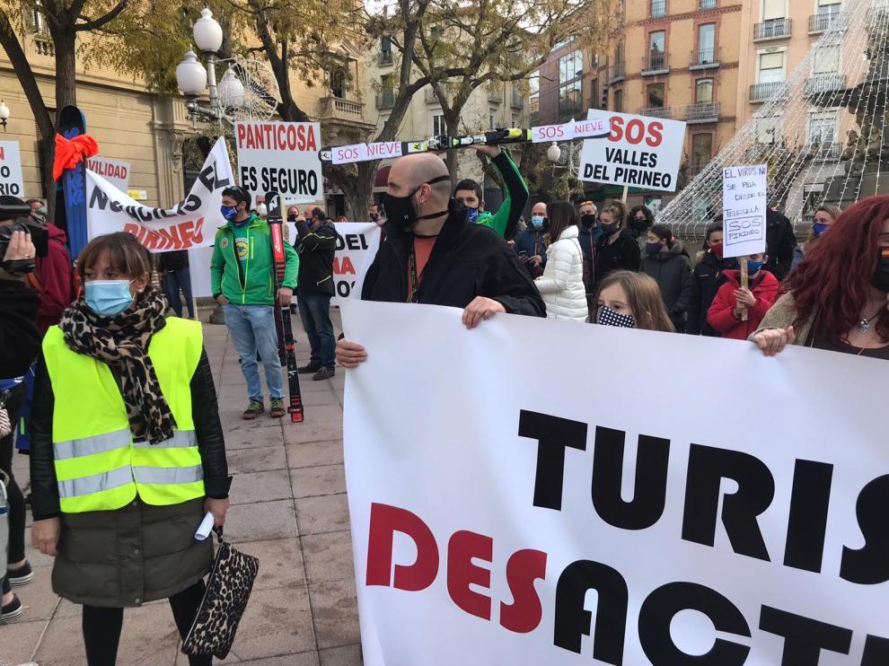 El sector de la nieve se manifiesta por las calles de Huesca y en Cerler para exigir un plan de rescate después de que la prórroga de los confinamientos provinciales hayan retrasado la apertura de casi todas las estaciones del Pirineo aragonés.