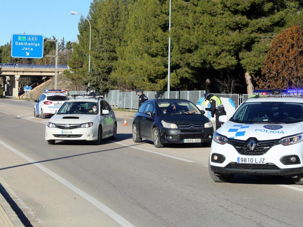 La Policía Local de Huesca, en uno de los controles de ayer en la capital altoaragonesa