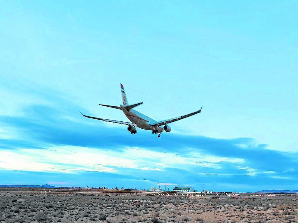 Un avión se dispone a tomar tierra en el la pista de aterrizaje del aeropuerto de Teruel