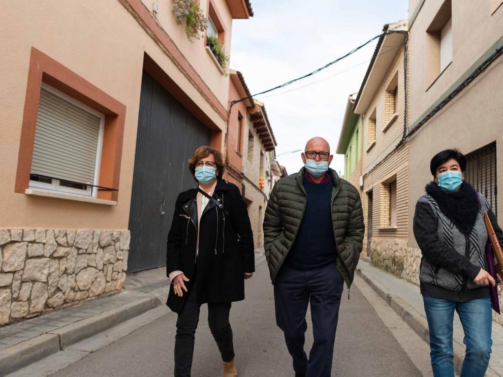 Mecedes Abós, Manuel Morón y Nieves Borraz visitan algunos enclaves de la riada en Pina.
