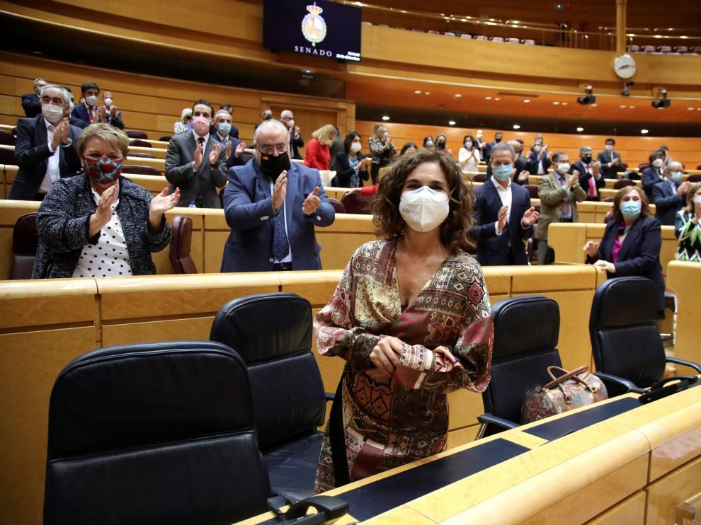 La ministra de Hacienda recibe el aplauso de los senadores de su partido tras la aprobación de los Presupuestos en la Cámara Alta.