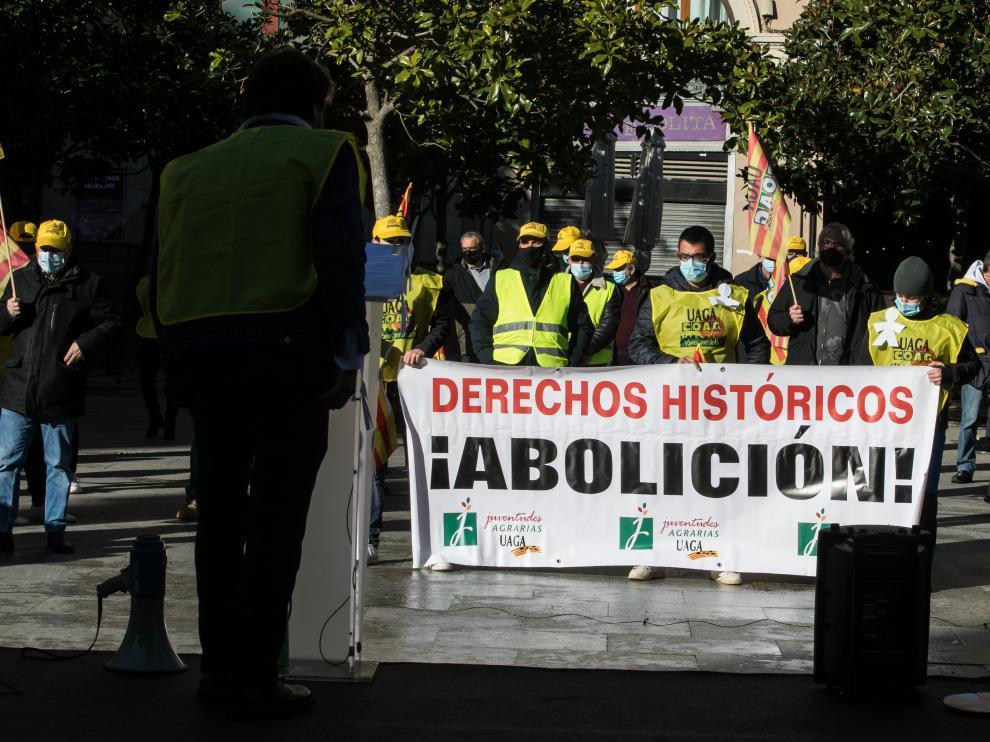 Jóvenes de UAGA en la protesta de este lunes en la plaza del Pilar de Zaragoza.