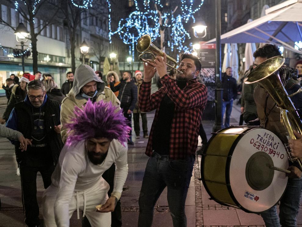 Gente bailando en una calle de Belgrado, Serbia