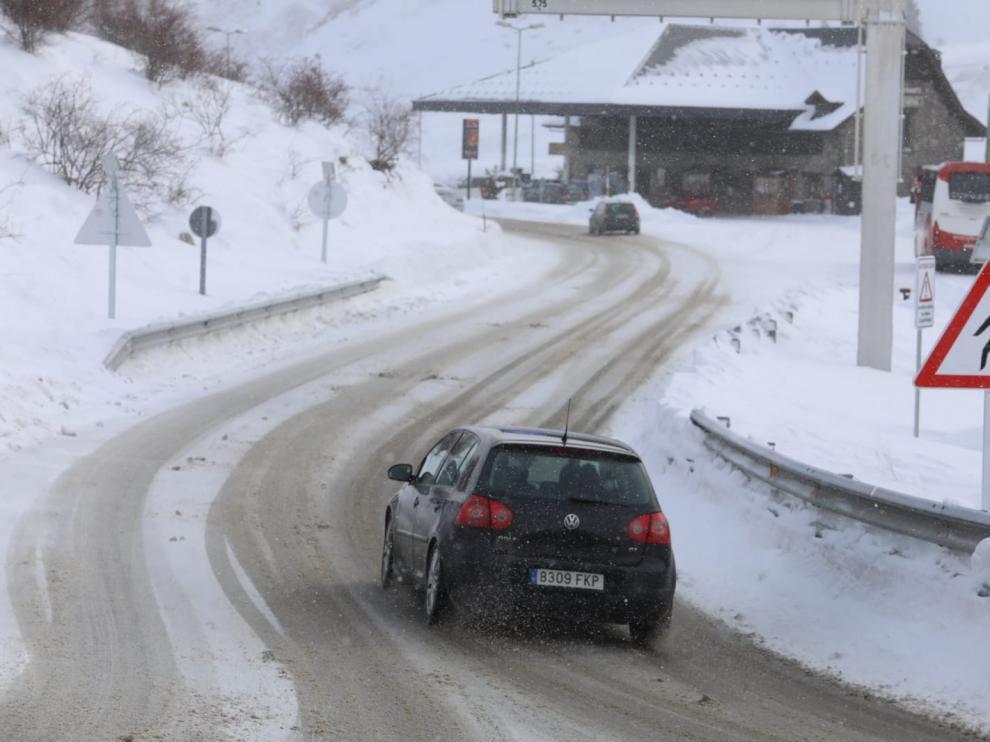 Formigal, con nieve en la carretera.
