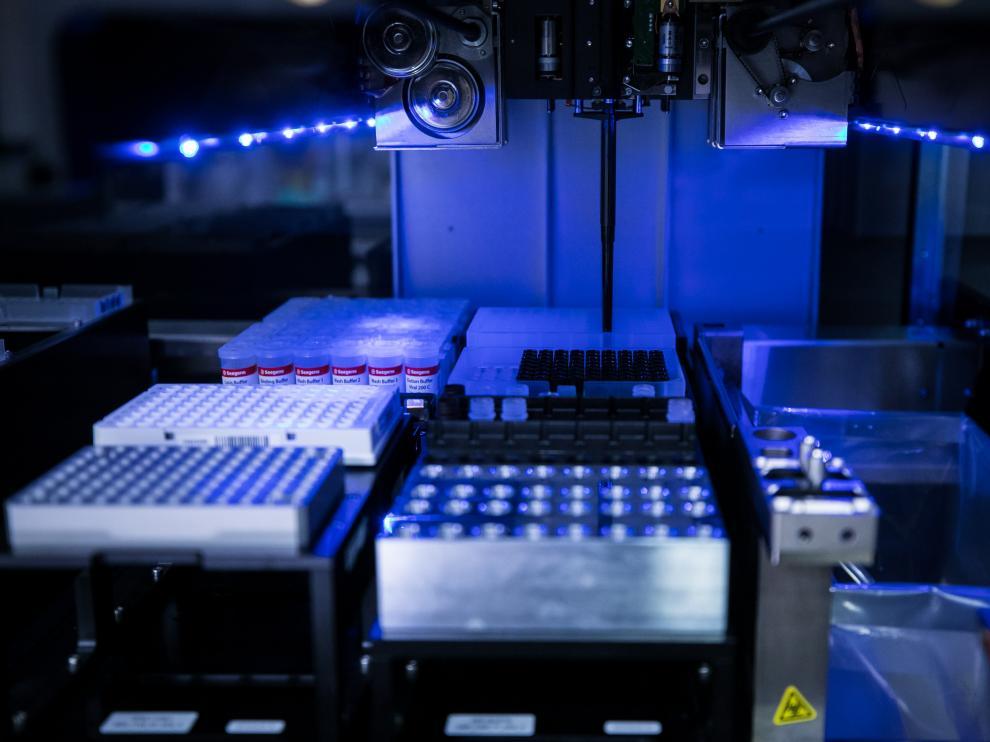 SERVICIO DE MICROBIOLOGIA DEL HOSPITAL MIGUEL SERVET ( ZARAGOZA ) / RECEPCION Y ANALISIS DE LAS PRUEBAS PCR / 28/10/2020 / FOTO : OLIVER DUCH [[[FOTOGRAFOS]]][[[HA ARCHIVO]]]