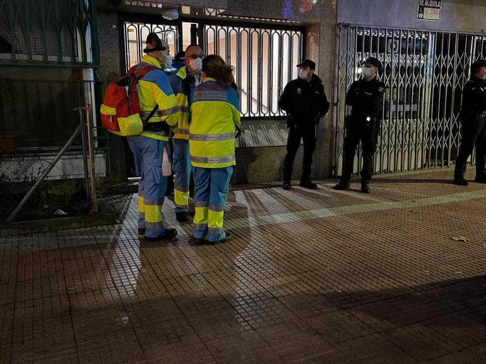 Servicios de emergencia en el portal donde apareció una pareja muerta, en Torrejón de Ardoz, Madrid