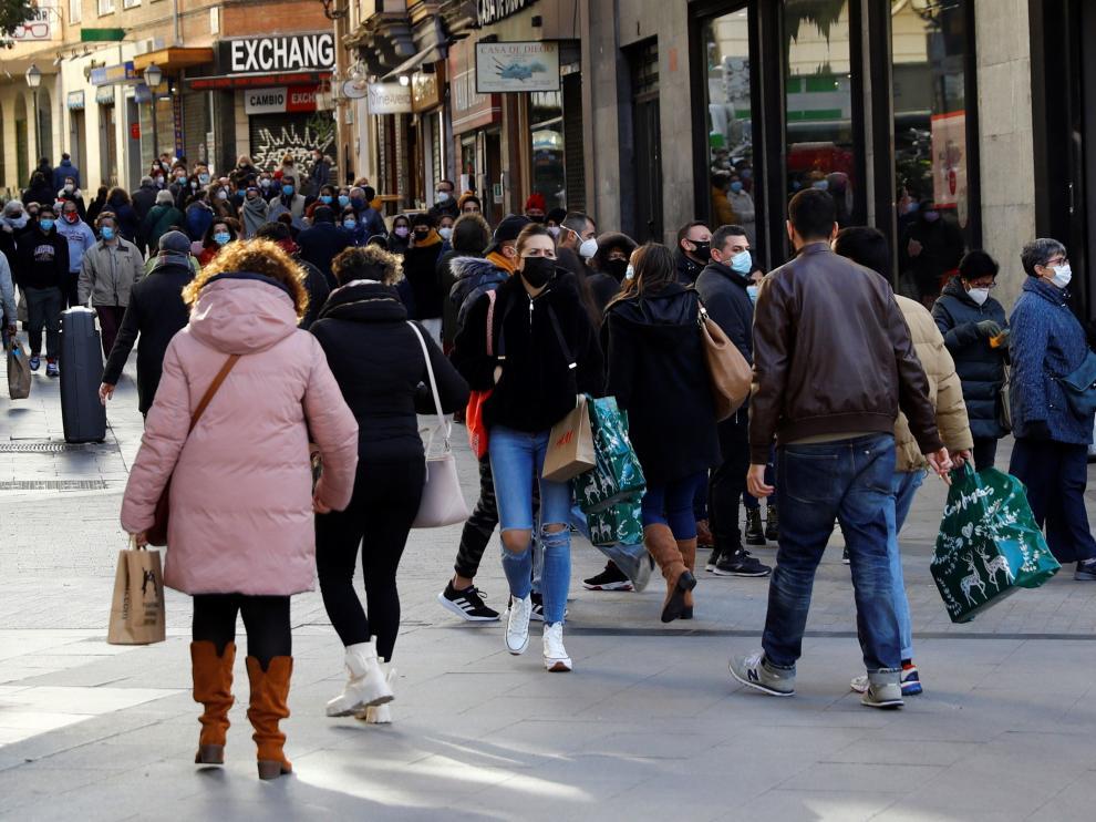 Afluencia de público en la calle de Preciados de Madrid, este domingo, 3 de enero.