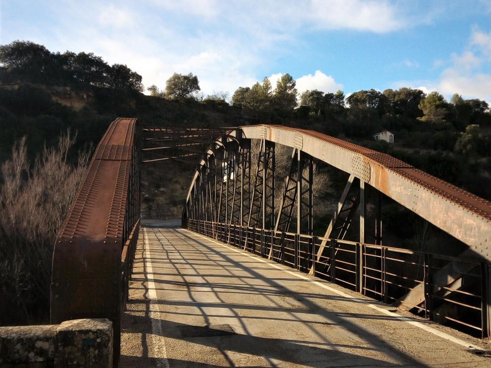 El puente de hierro entre Ayerbe y Santa Eulalia de Gállego se construyó en 2017.