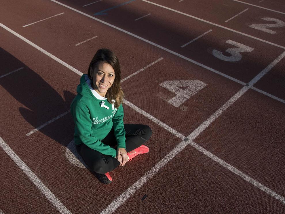 Isabel Macías, ayer, en la pista de atletismo del Centro Aragonés del Deporte, donde entrena a un grupo de jóvenes.