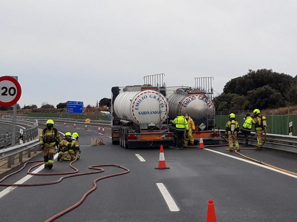Sobre las 11.00 se han iniciado las labores de trasvase del amoniaco desde el camión incendiado a otro con la ayuda de los bomberos.