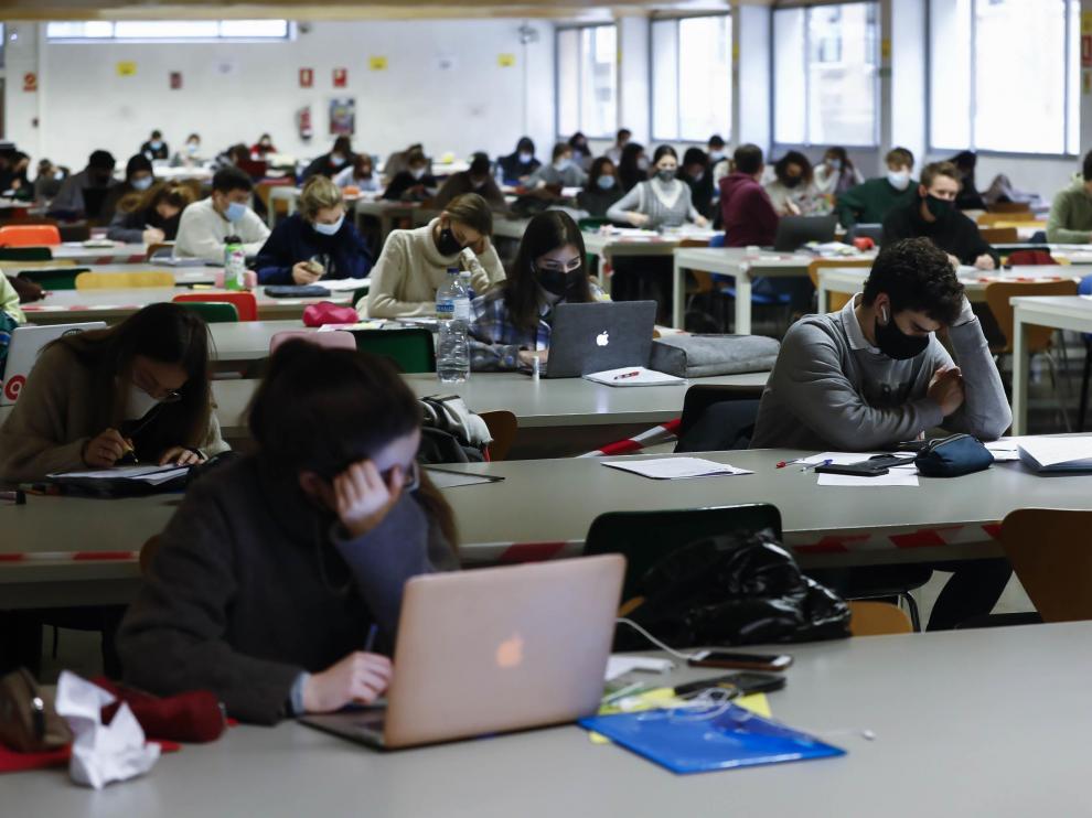 Alumnos de la Universidad de Zaragoza en la sala de estudio de Gran Vía.
