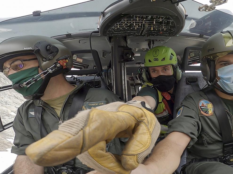Pilotos del helicóptero con base en Benasque y un rescatador, durante el rodaje.