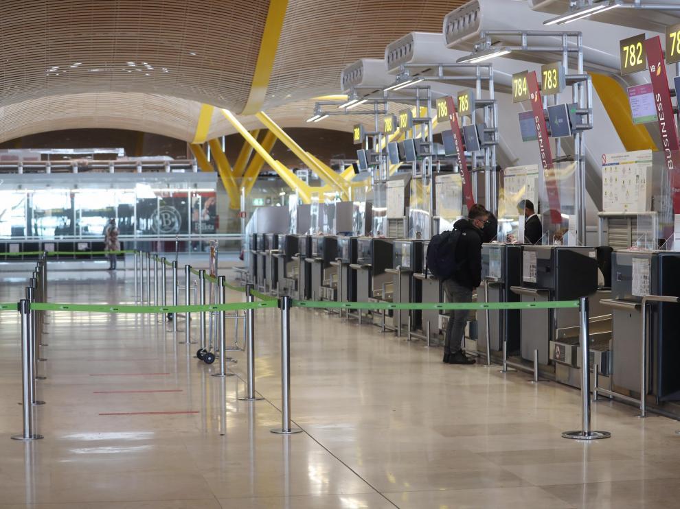 El aeropuerto de Barajas estará cerrado al menos hasta esta tarde