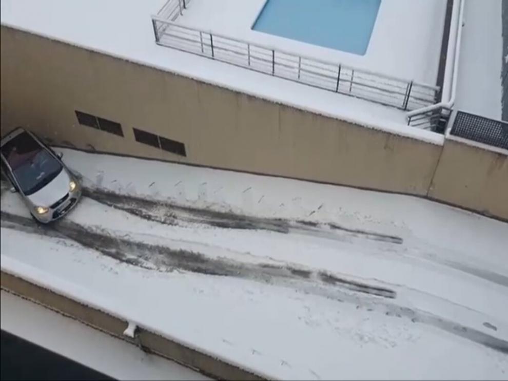 Un coche no puede subir la cuesta del garaje por la nieve.