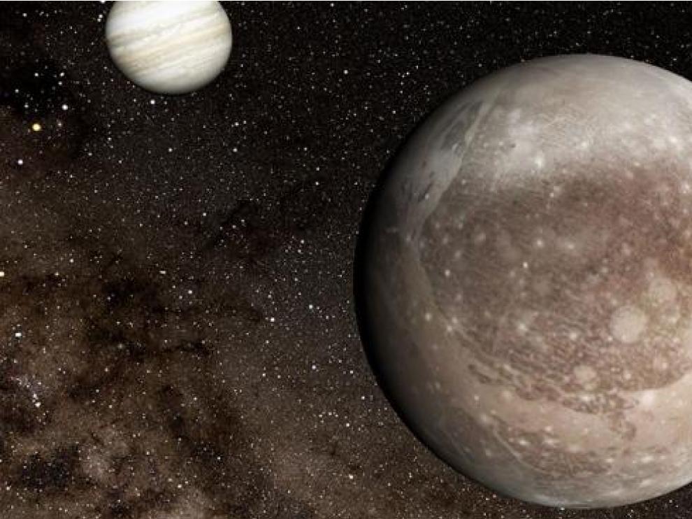La luna Ganímedes en primer plano, con Júpiter al fondo.