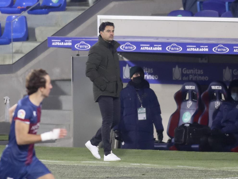 Míchel, en el área técnica durante el partido con el Betis.