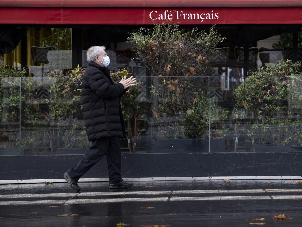 Un hombre con mascarilla pasea por París.