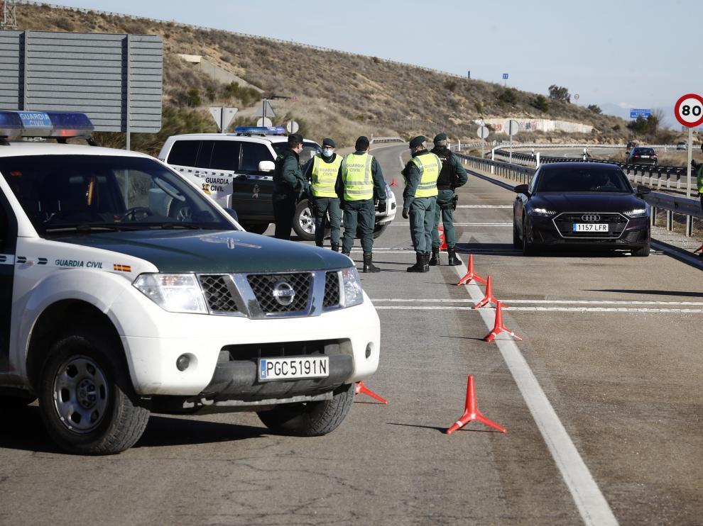 La Guardia Civil controla los movimientos al entrar en vigor los confinamientos perimetrales.