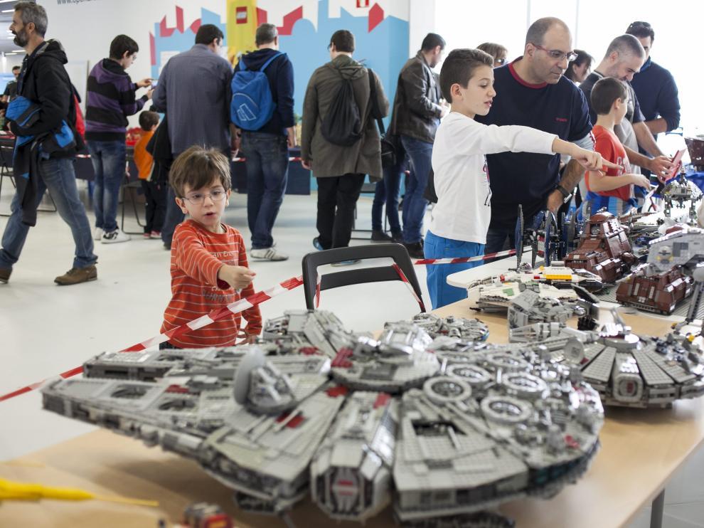 Unos niños señalan construcciones de Lego de 'Star Wars'.