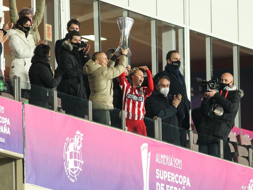 Virgina Torrecilla, a la izquierda, levanta el trofeo junto a Amanda Sanpedro.