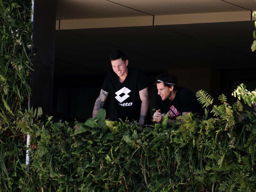Algunos tenistas, asomados al balcón de uno de los hoteles donde están confinados en Australia.
