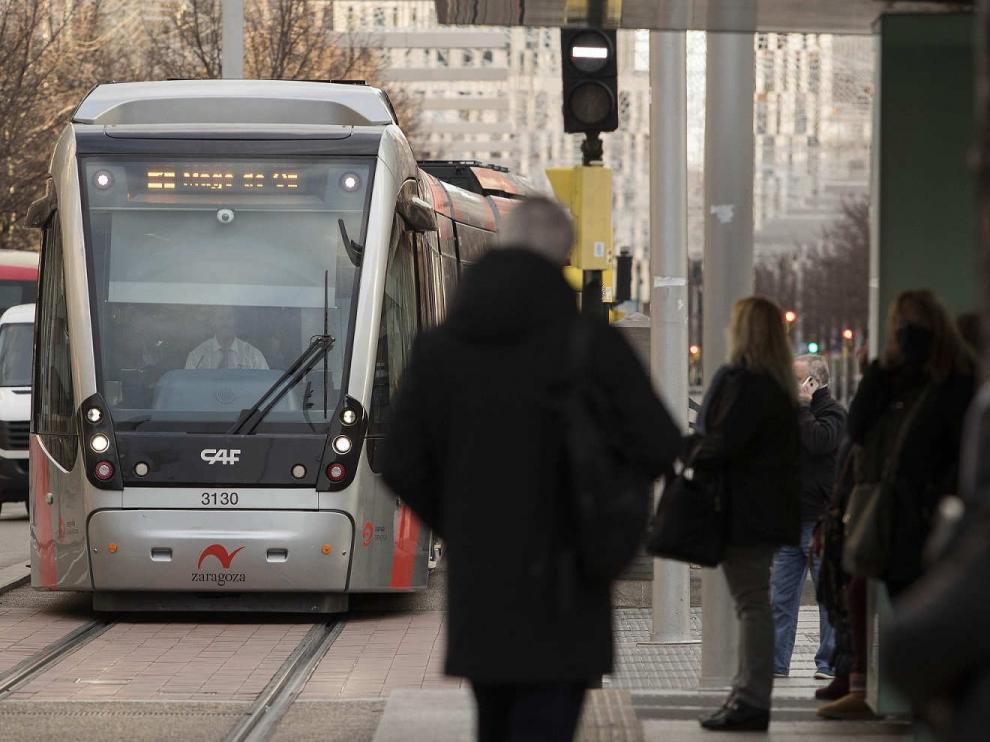 Gente esperando al tranvía de Zaragoza