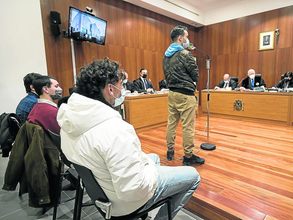 Los cuatro antifascistas, de entre 21 y 28 años, durante la primera sesión del  juicio.
