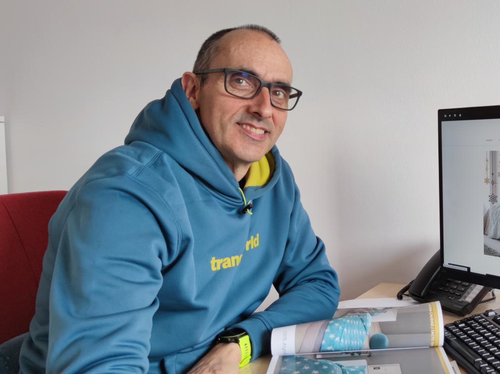 Rafael Tena lleva el negocio familiar que su abuelo fundó hace cien años en Sariñena.