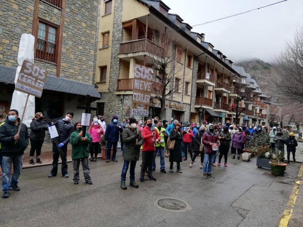 Protesta en Benasque. Unas 200 personas han participado este jueves en la cacerolada convocada por la plataforma SOS Pirineo para reclamar un plan de reactivación económica ante el parón del turismo y el cierre de las estaciones.