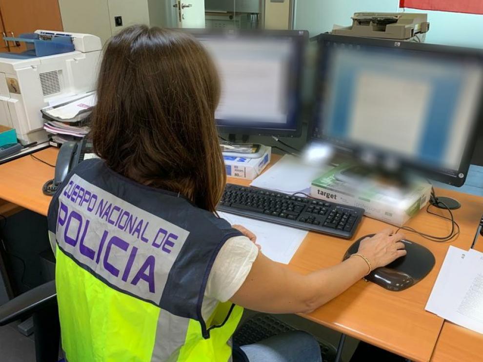 La Policía detiene a dos personas por estafar haciéndose pasar por técnicos de Microsoft.