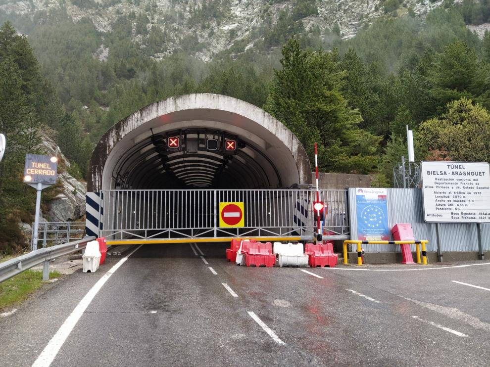 El túnel de Bielsa se cierre por las noches con unas puertas deslizantes aseguradas con candado.