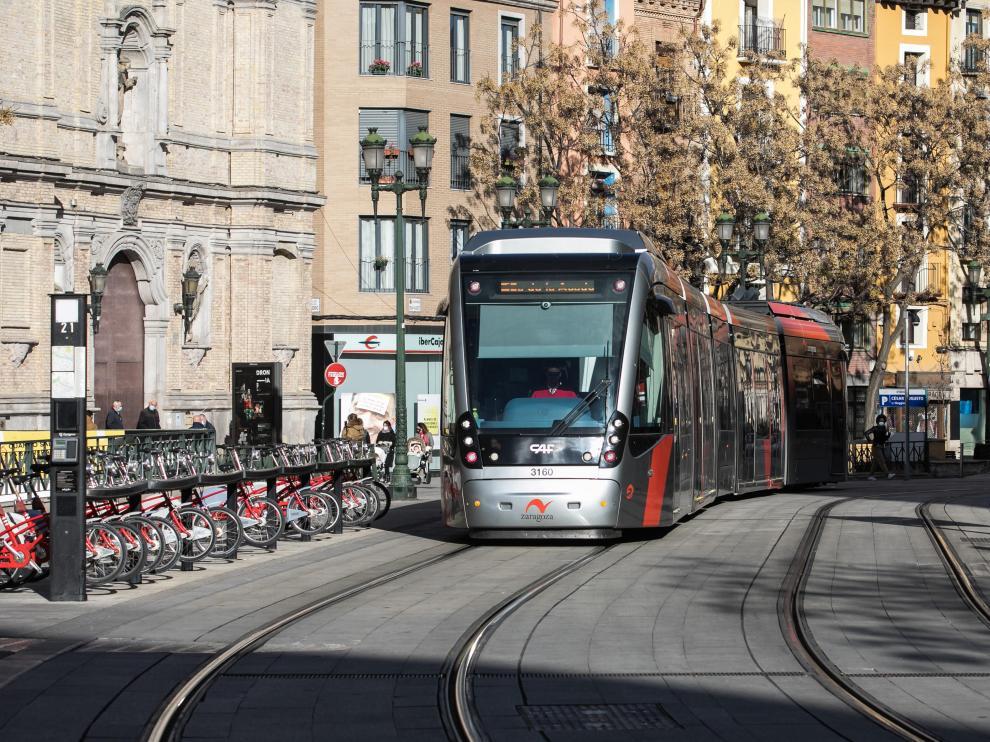 Un convoy del tranvía a su paso por la parada de Cesaraugusto