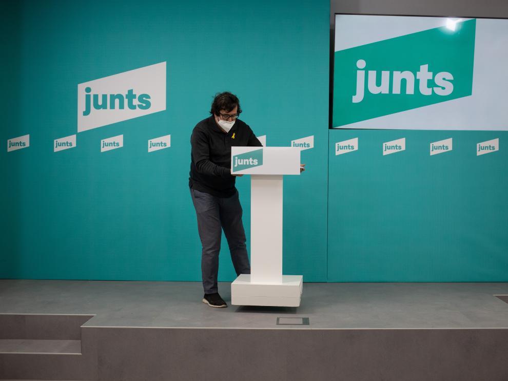 Un hombre prepara el escenario para un acto de JXCat.