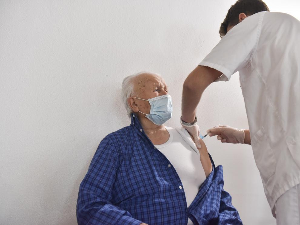 Un total de 82 residentes y 49 trabajadores de la residencia Ciudad de Huesca, dependiente del IASS, han recibido este martes la segunda dosis de la vacuna.