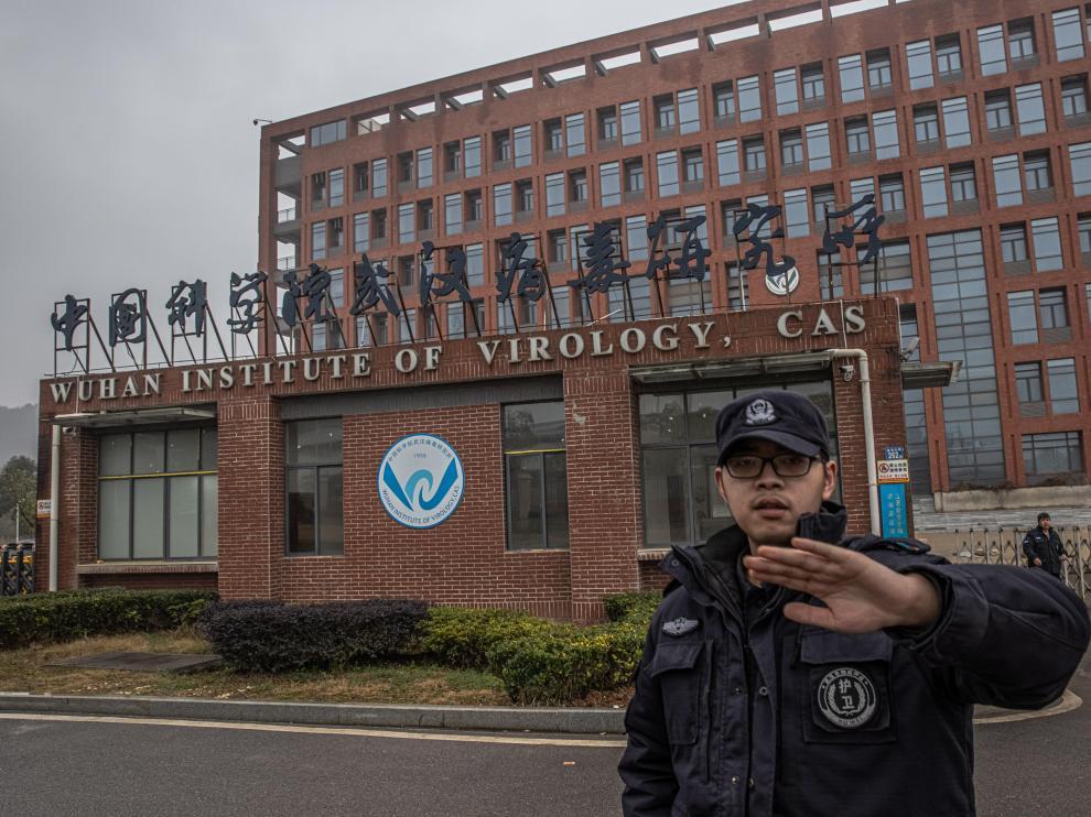 Un guardia de seguridad intenta evitar que se fotografíe el Instituto Virológico de Wuhan, en la ciudad china homónima.