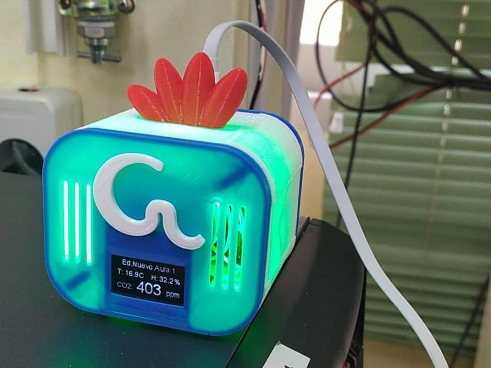 El color del medidor GalliCO2 cambia en función del nivel de CO2 detectado en el aula.