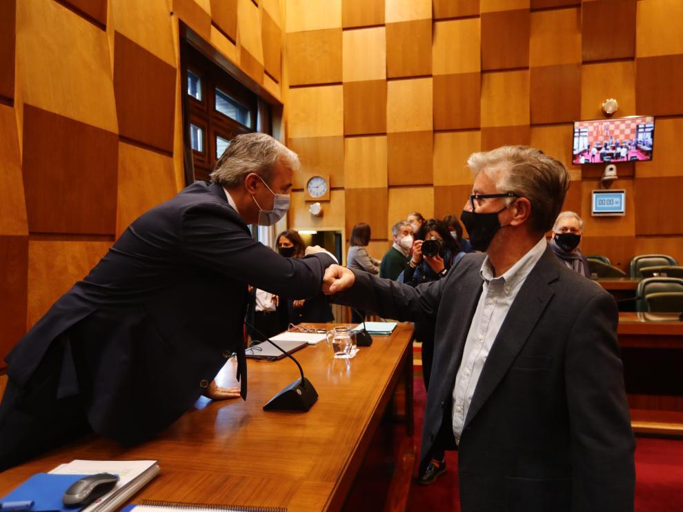 Jorge Azcón y Pedro Santisteve se saludan en el Pleno del Ayuntamiento de Zaragoza