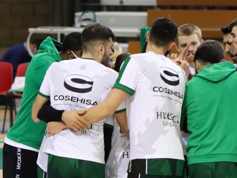 Los jugadores del Levitec Huesca hacen piña antes de un partido.