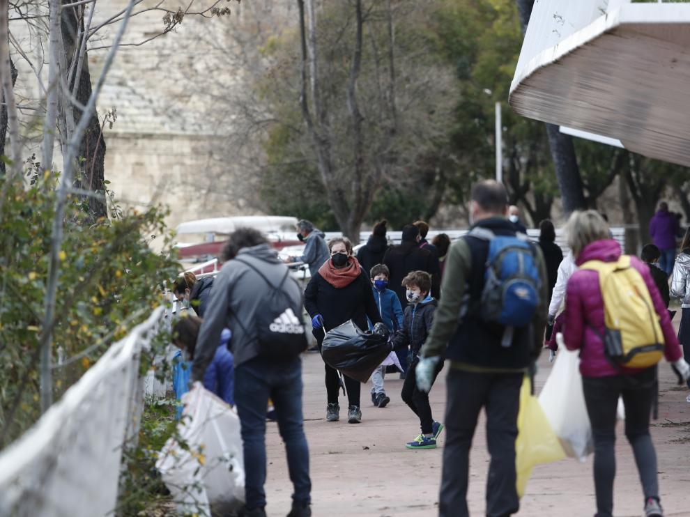 Más de un centenar de personas acuden a la convocatoria ciudadana para limpiar la ribera del Ebro.