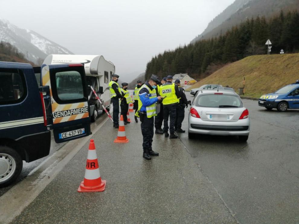 Un control de la Gendarmería el domingo en la salida del túnel de Somport.