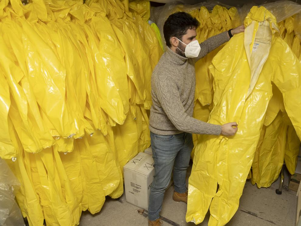 El cofrade Nacho Navarro muestra los 150 trajes de NBQ que recibieron por una donación para utilizarla en la batalla contra la pandemia.