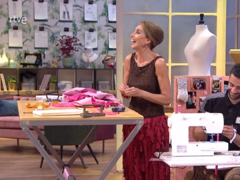 Ana Belén, este lunes, cosiendo en 'Maestros de la costura'.