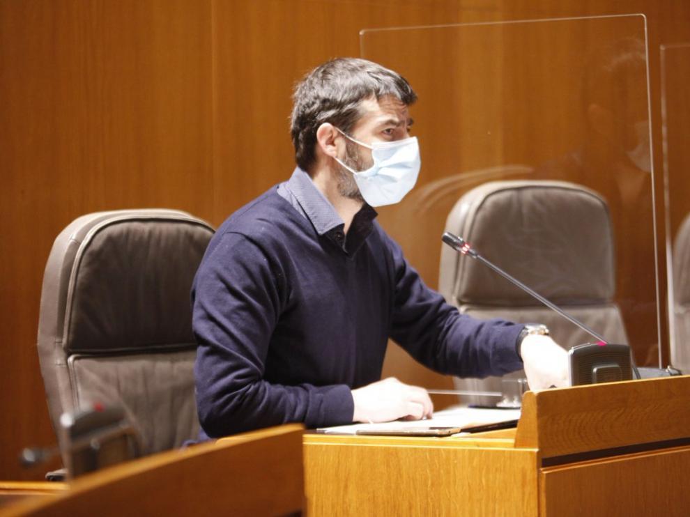 """El portavoz de IU Aragón, Álvaro Sanz, explica en la Comisión de Educación su iniciativa sobre """"la posibilidad de participación en competiciones de ámbito estatal de carácter no profesional""""."""
